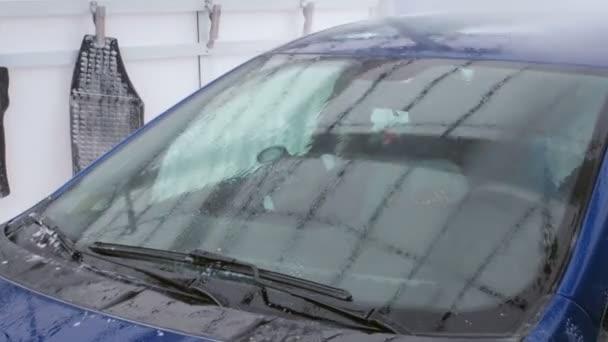 Mytí aut Carwash. Jet z vody s silný tlak myje auto sklo
