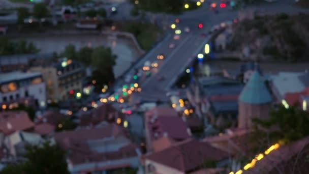 Fotoaparát zaostří na noc staré Evropské město pohled shora. Pohyb auta svítící světlomety na silnici
