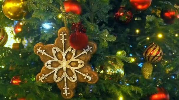 Közelről egy karácsonyfa fények, csillogó éjjel-val a hangsúly háttér. Újévi fa dekoráció és a megvilágítás. Xmas fa dekoráció háttér