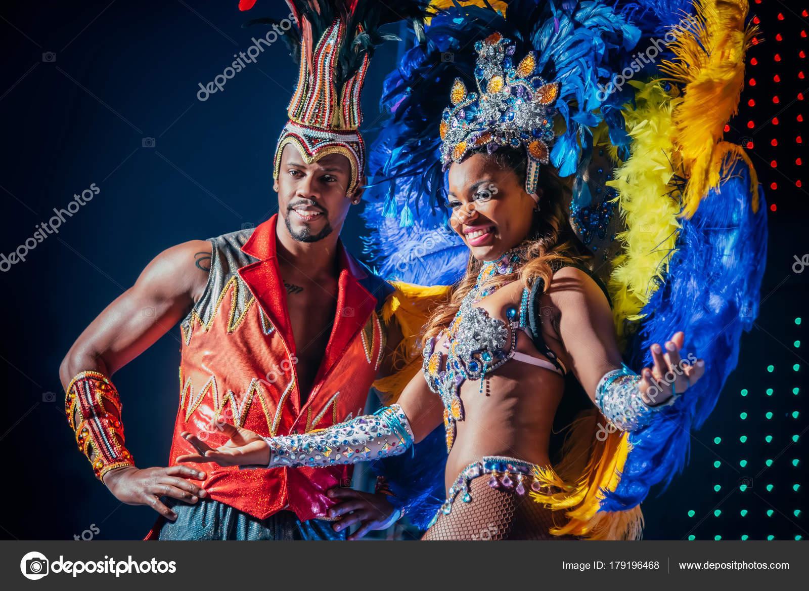 ff01a177db Mosca, Russia-gennaio 2017: Spettacolo di Carnevale brasiliano. Bella  ragazza e ragazzo brillante colorato carnevale costume sul palco.  Afro-americani donna ...