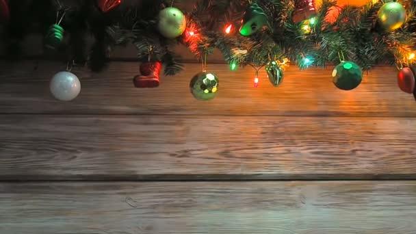 Blikající vánoční strom věnce s vánoční stromeček dekorace na dřevěné desce. Jasné Vánoce a Nový rok pozadí s prázdným prostorem pro text