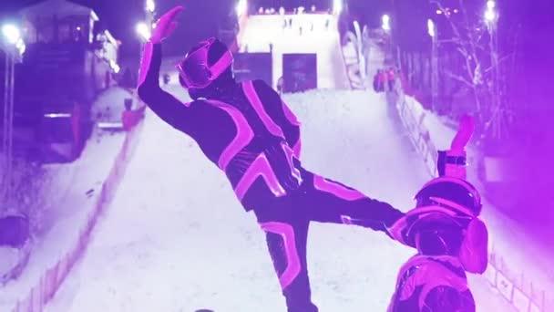 Táncelőadás a nemzetközi sí freestyle verseny megnyitóján. Az űrruhás művészek egy csoportja felmelegíti a nézőket a síelők moszkvai fellépése előtt.