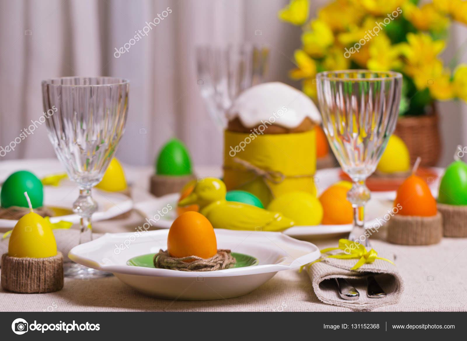 Buona pasqua che serve per la tavola di pasqua nell 39 arredamento giallo foto stock - La tavola di pasqua ...
