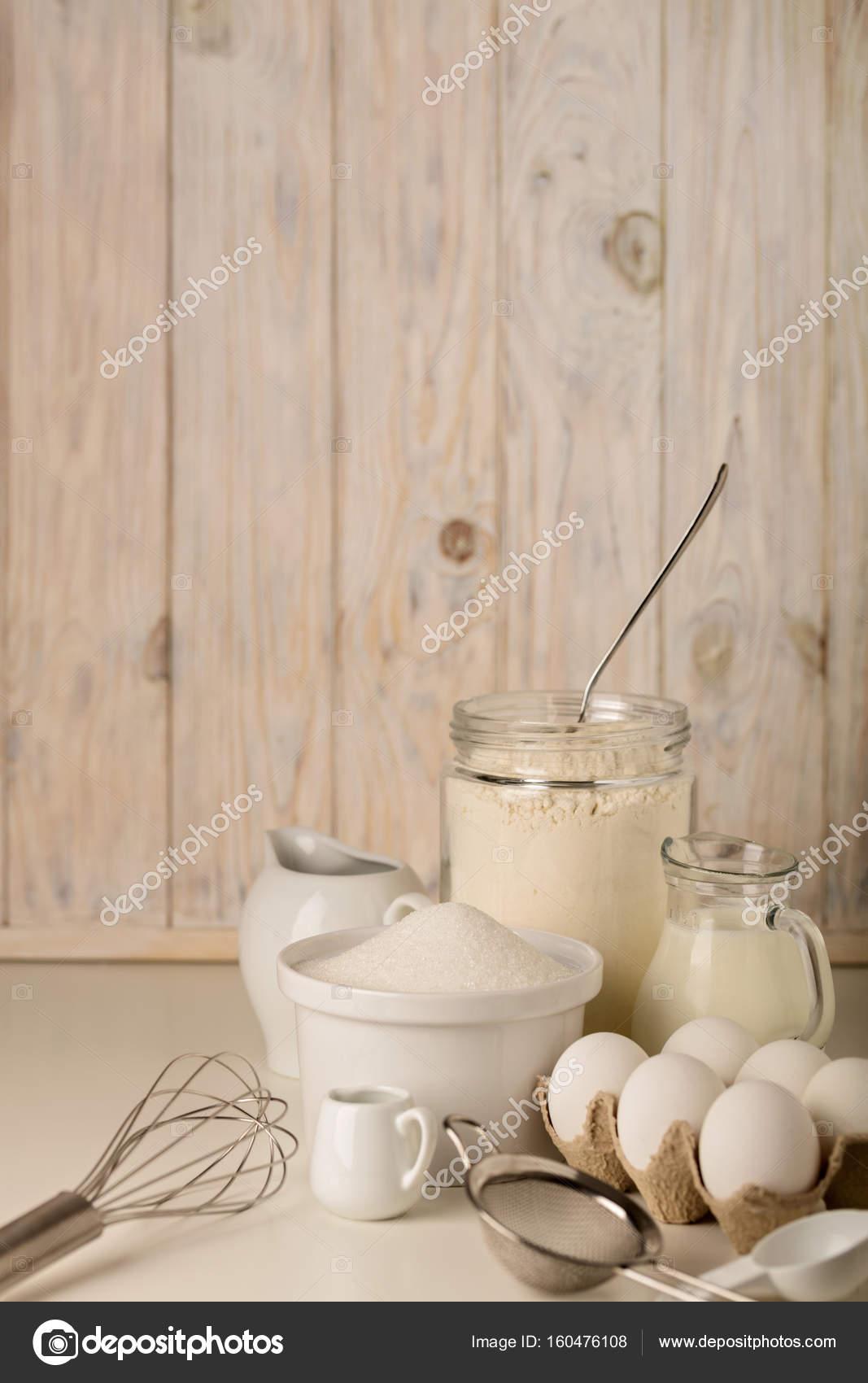 k chenger te und werkzeuge f r hausgemachte backen auf ein licht aus holz stockfoto. Black Bedroom Furniture Sets. Home Design Ideas