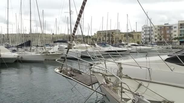 Jachty kotvící v Msida Marina na Maltě. Sail čluny v řadě na překladiště v přístavu u moře