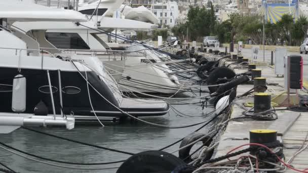 Jachty kotvící v Manoel Island Marina na Maltě. Sail čluny v řadě na překladiště v přístavu u moře