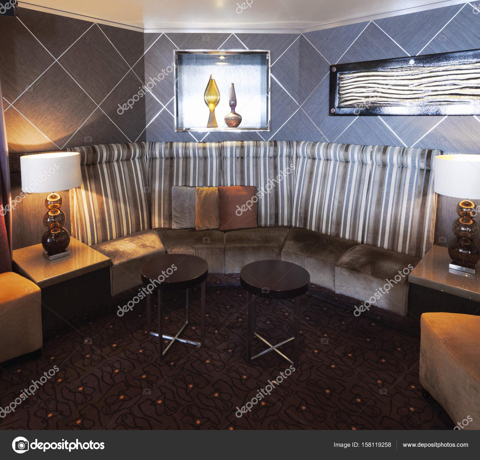 Interno con design moderno ed elegante con angolo divano for Sedie contemporanee