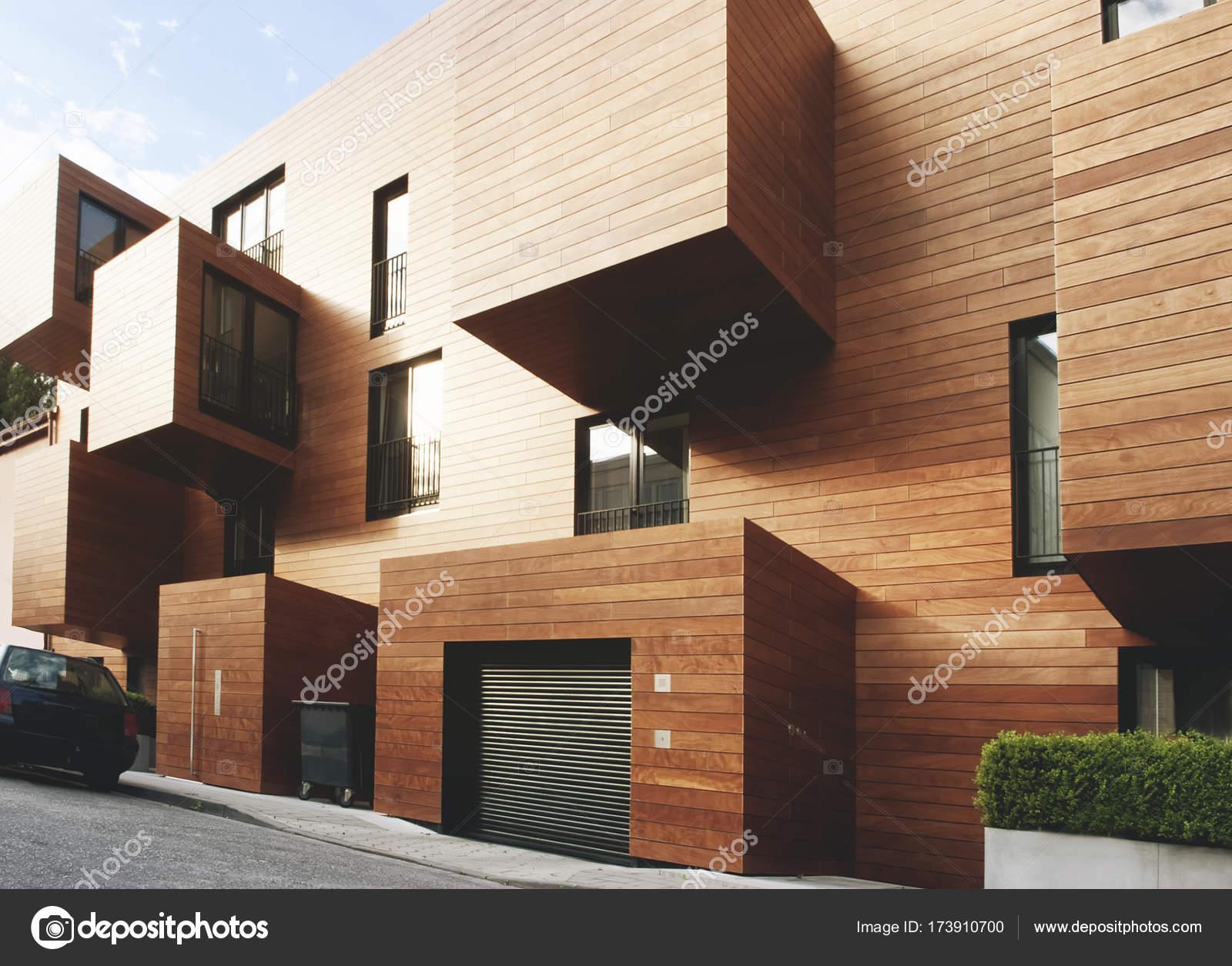 Moderne hedendaagse hout zijdige gebouw u stockfoto dani