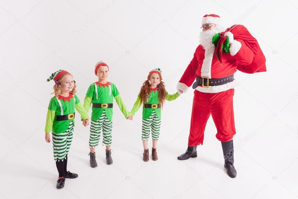 Babbo Natale E I Bambini Vestiti In Costumi Degli Elfi Polo