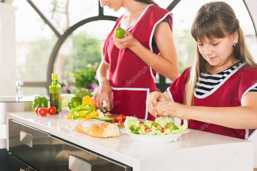 Rodziny Mlodych Dziewczat Do Gotowania Przepis Zdrowe Jedzenie Dla