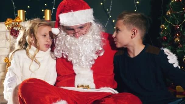 Santa a děti kolem ozdobený stromeček. Seznam přání