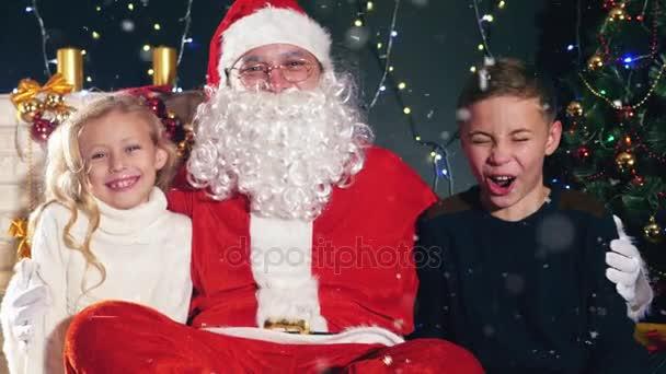 Télapó és a gyerekek a díszített karácsonyfa közelében. Kívánság lista