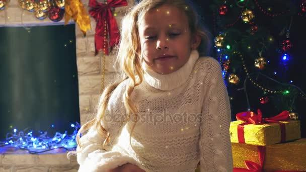 Roztomilá dívka na kameru, při pohledu na Štědrý večer