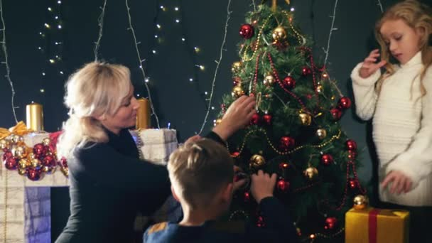 glückliche Familie schmücken Weihnachtsbaum. Mutter, Kinder feiern fröhliche Weihnachten