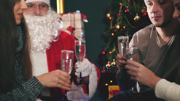 Mladý pár s Santa slaví Nový rok 2017, Vánoce