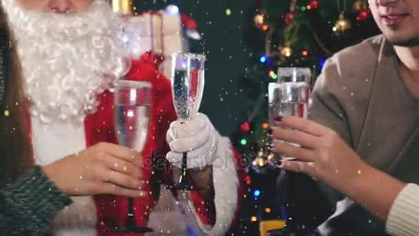 Skupina mladých lidí s Santa slaví Nový rok 2017