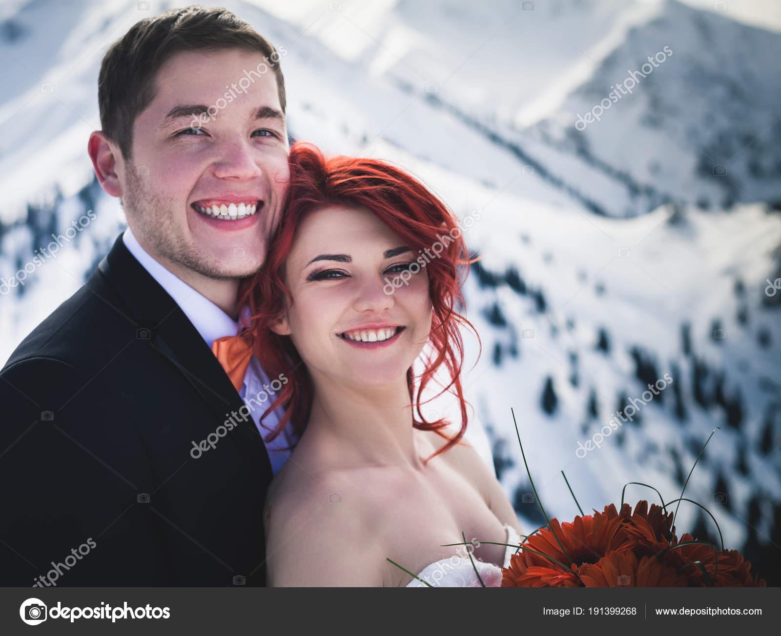 Bergwinter standesamtliche Hochzeit Snowboarder paar nur — Stockfoto ...