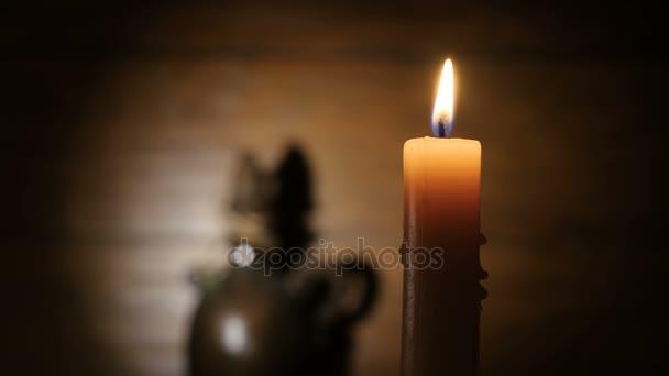 Svíčka světla nahoru a pomalu sfoukne