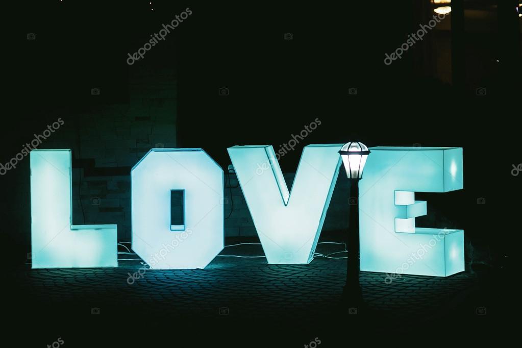 Letras Azules Grandes Amor Iluminado Con Fondo Oscuro