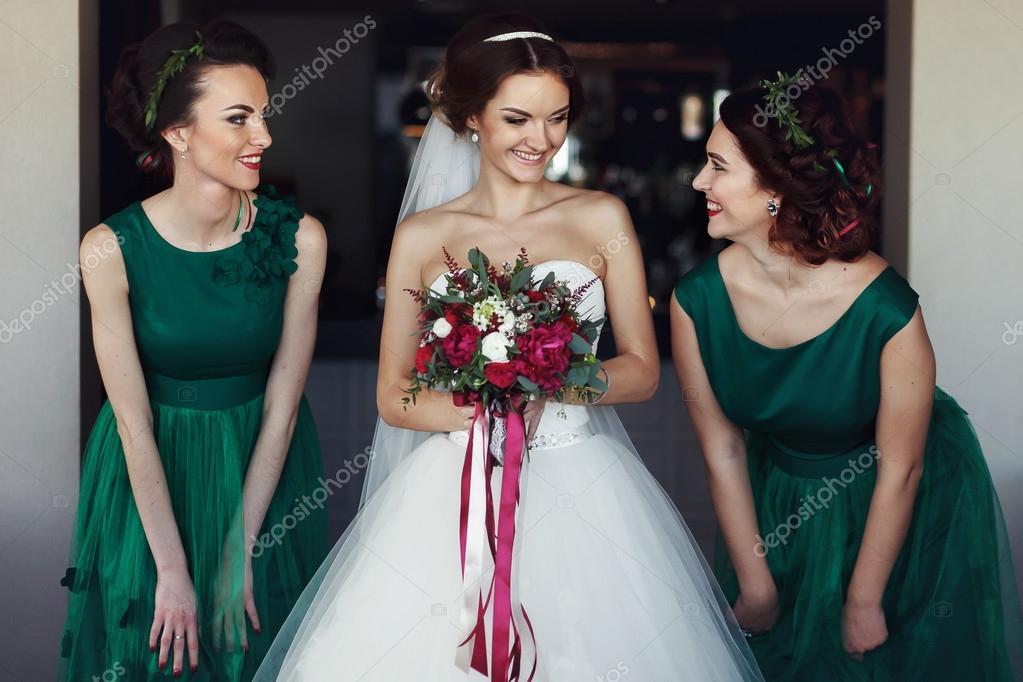 e8d9484b24e8 Sposa con damigelle d onore curiose in abiti verdi — Foto Stock ...