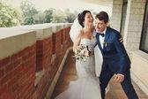 Fényképek Menyasszony nevet, míg a vőlegény megpróbálja elkapni
