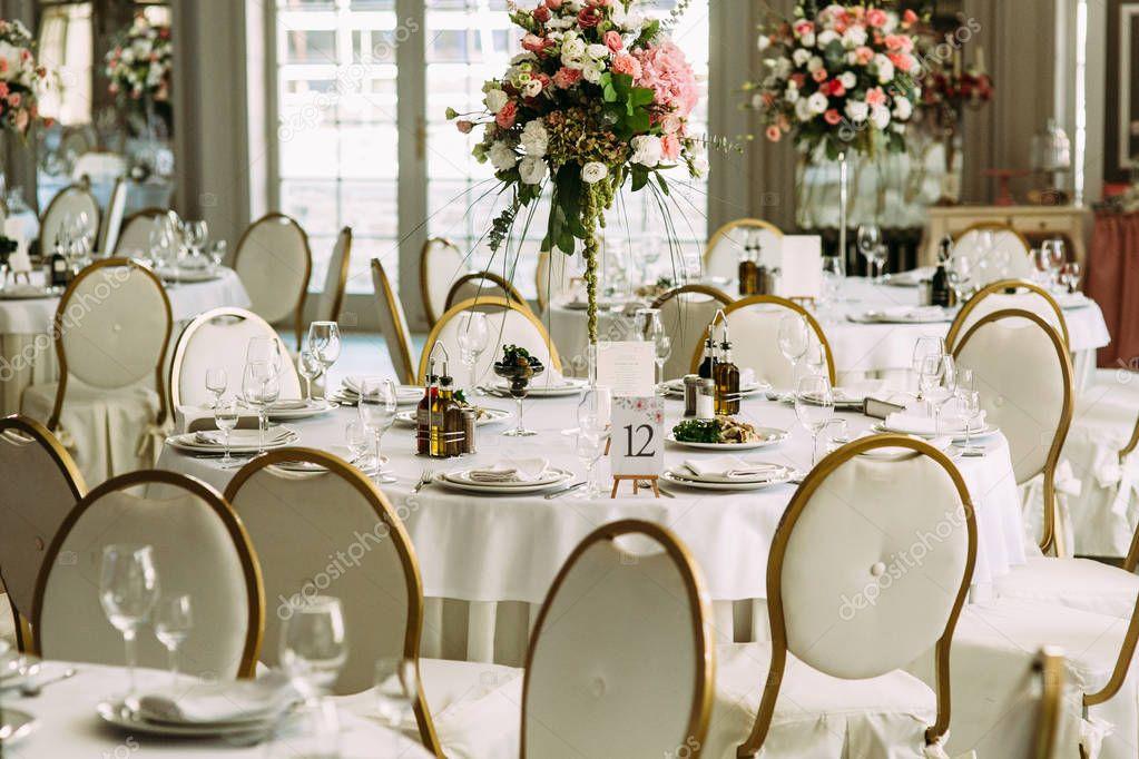 Luxe witte ronde tafel voor de gasten u2014 stockfoto © ivash #130196986