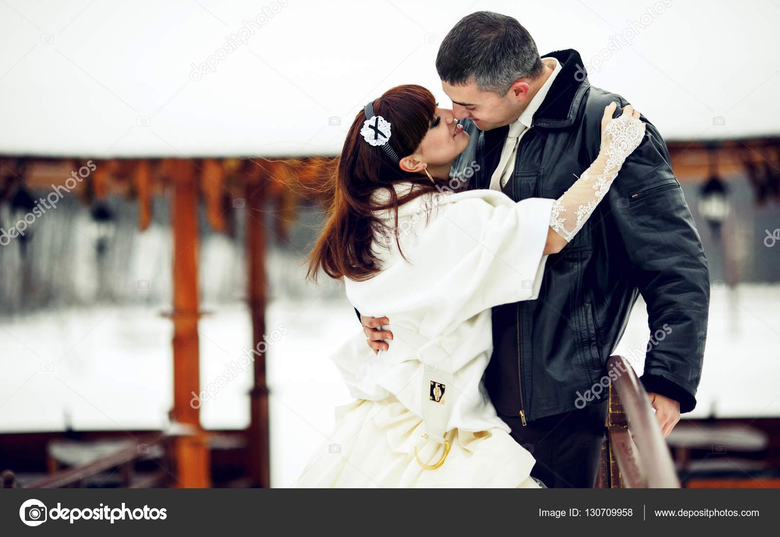 9896f5a42067 Sposa raggiunge per bacio dello sposo