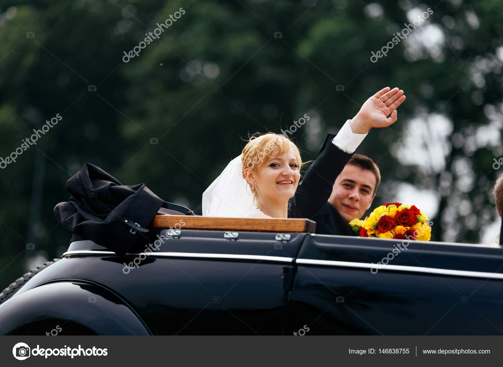 С какой стороны сидит невеста от жениха