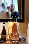 Fotografie Die Reflexion einer Dame eine Make-up für die Braut in einem Spiegel zu tun