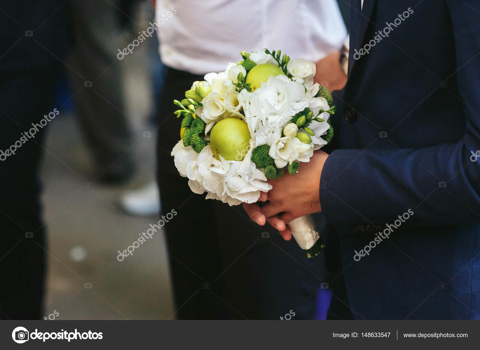 homme tient un bouquet de mari e original fait de fleurs. Black Bedroom Furniture Sets. Home Design Ideas