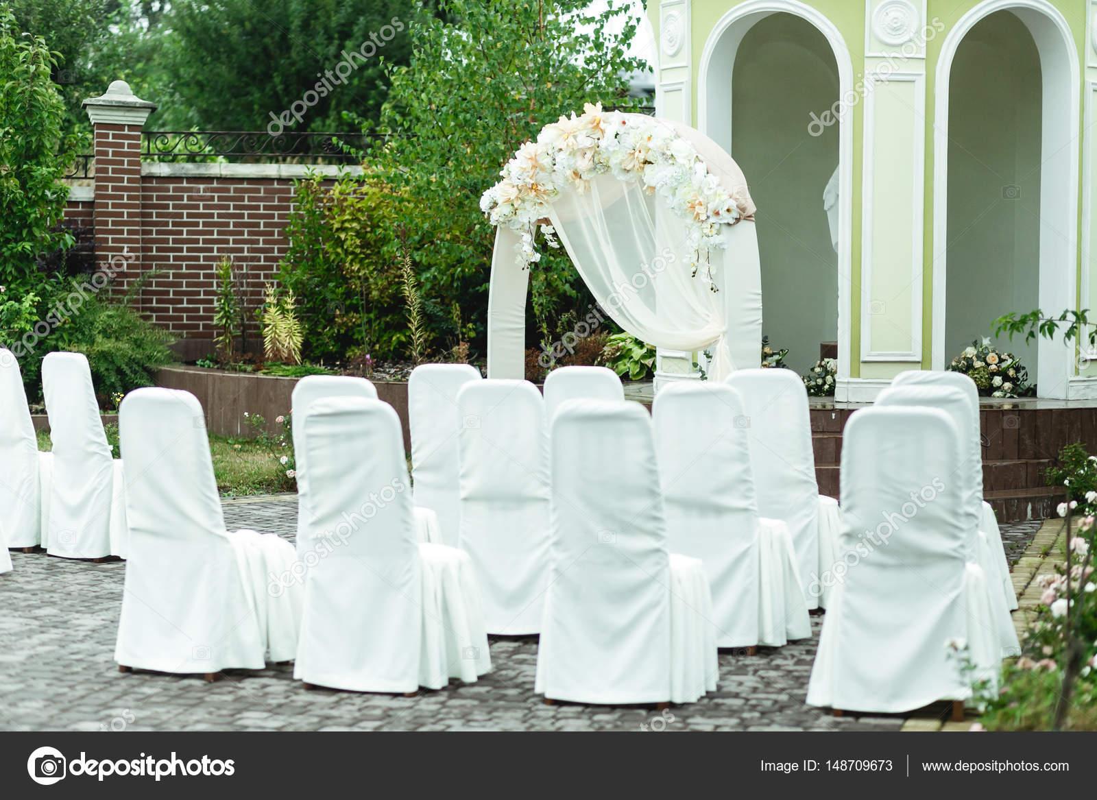 Sedie rivestite con tessuto bianco stand nella parte ...
