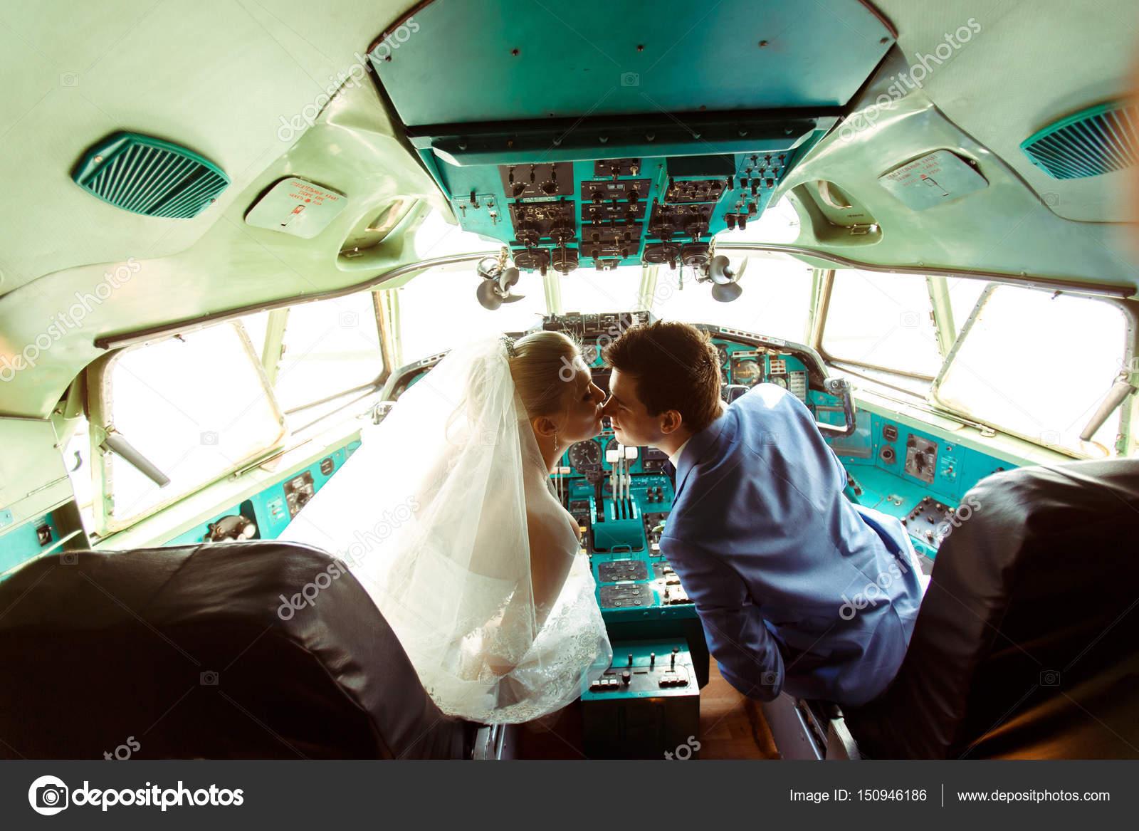 couple dans la cabine de l avion dans le jour du mariage photographie ivash 150946186. Black Bedroom Furniture Sets. Home Design Ideas
