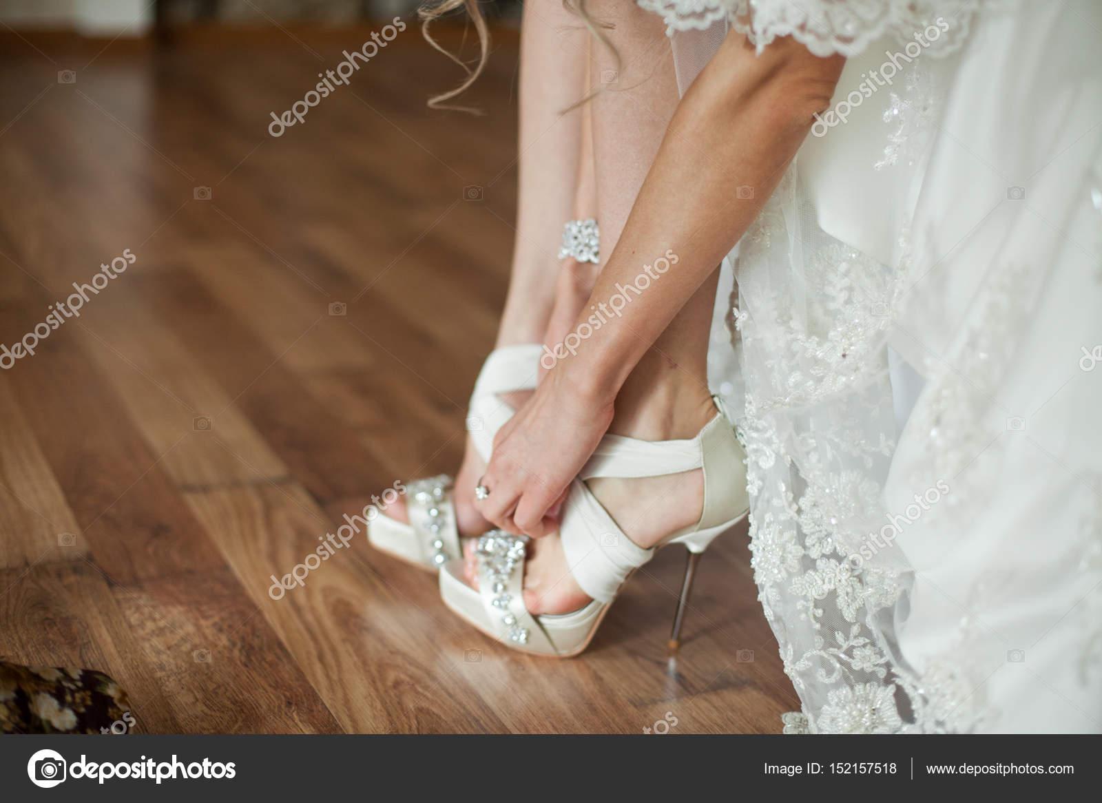 Braut Setzt Auf Offene Spitze Hochzeitsschuhe Stockfoto C Ivash