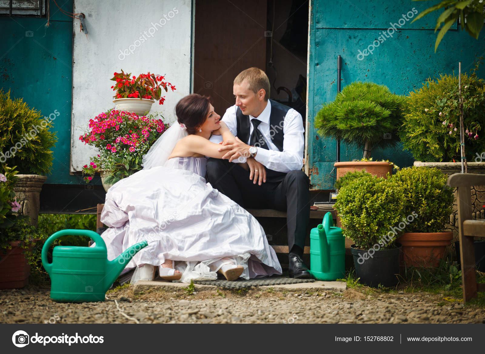 Casal Do Casamento Fica Conversando Na Varanda Cheia De