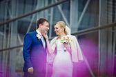 Fényképek Szőke menyasszony nevet megható vőlegény álla