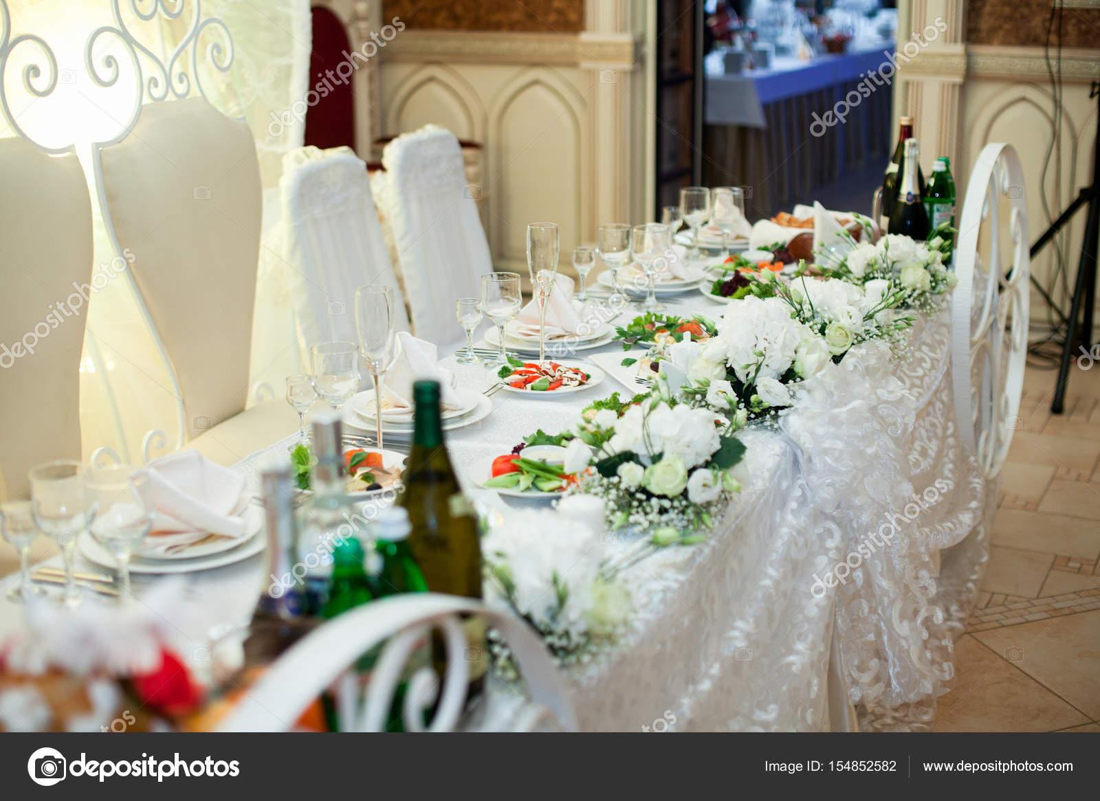 21d993dd35 Gazdag esküvői vacsora asztalra díszített fehér csipkék és virágok– stock  kép