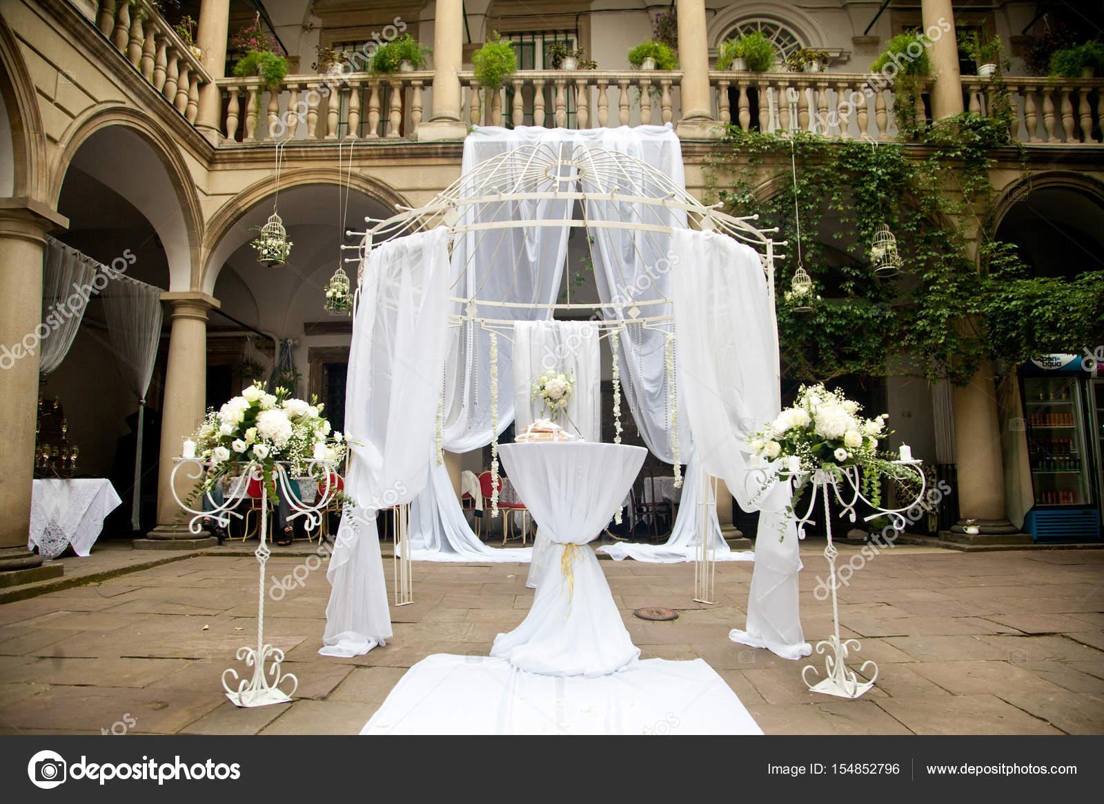 405aae4148 Esküvői oltár készült fehér csipkék áll az olasz bakcyard — Stock ...