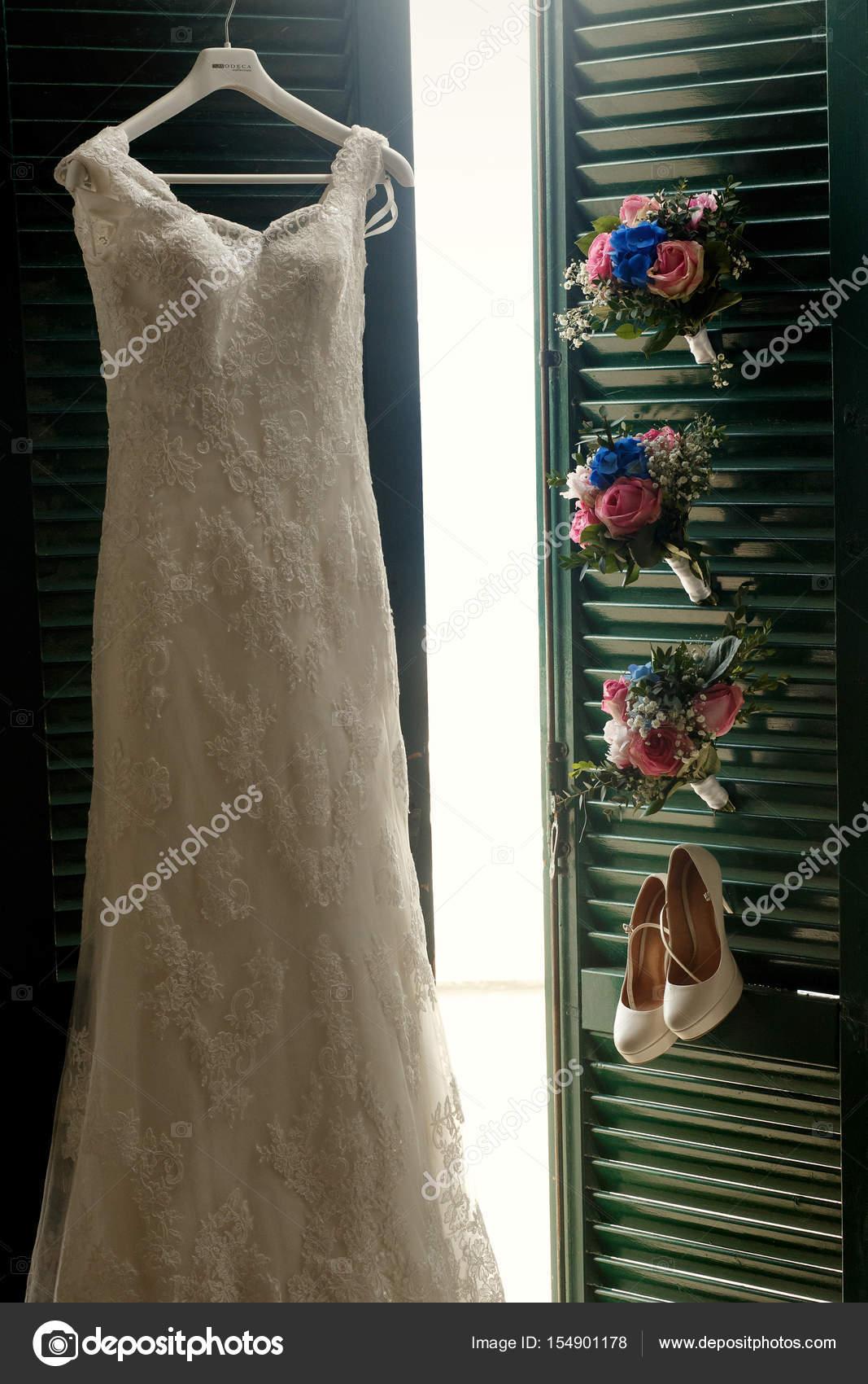 Grünen Türen zum Balkon verschönert mit Brautkleid, Schuhe ...