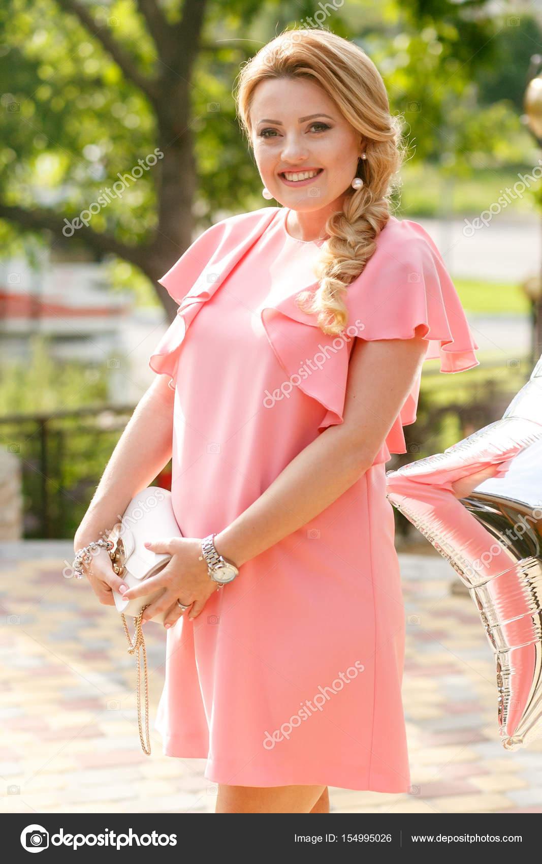 Preciosa rubia embarazada en vestido rosa plantea fuera de — Fotos ...
