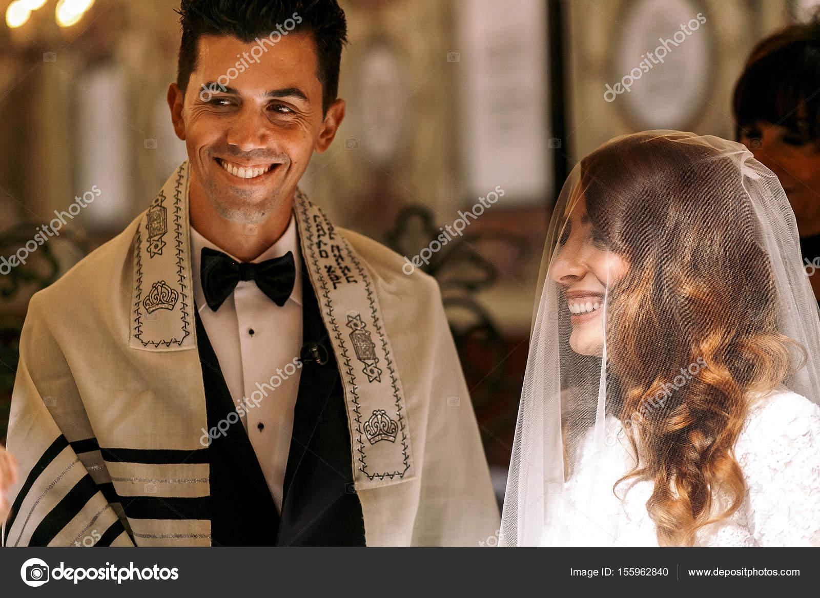 Judische Hochzeit Schone Braut Schaut Brautigam Stockfoto C Ivash