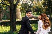 Fényképek Vőlegény néz ki, a válla fölött, míg a menyasszony neki nevet