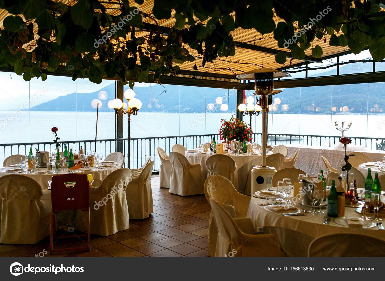 Verdure Est Suspendu Au Plafond Du Restaurant Avec Grand Bleu