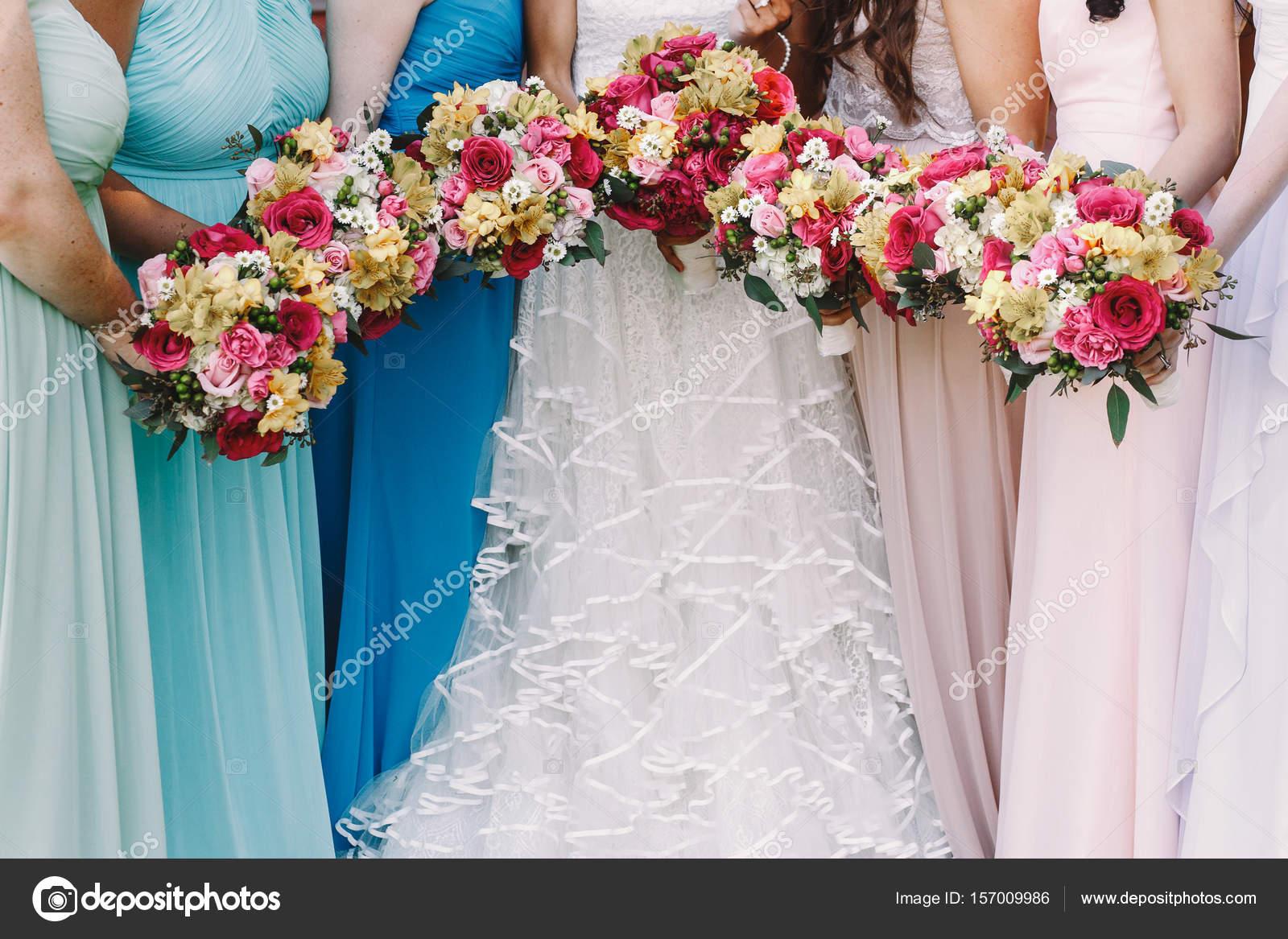 demoiselles d'honneur tenir leurs bouquets de mariage avant une