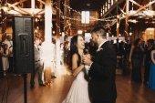 Fényképek Vidám menyasszony nevet, rövid idő tárolás a vőlegény keze alatt a tánc