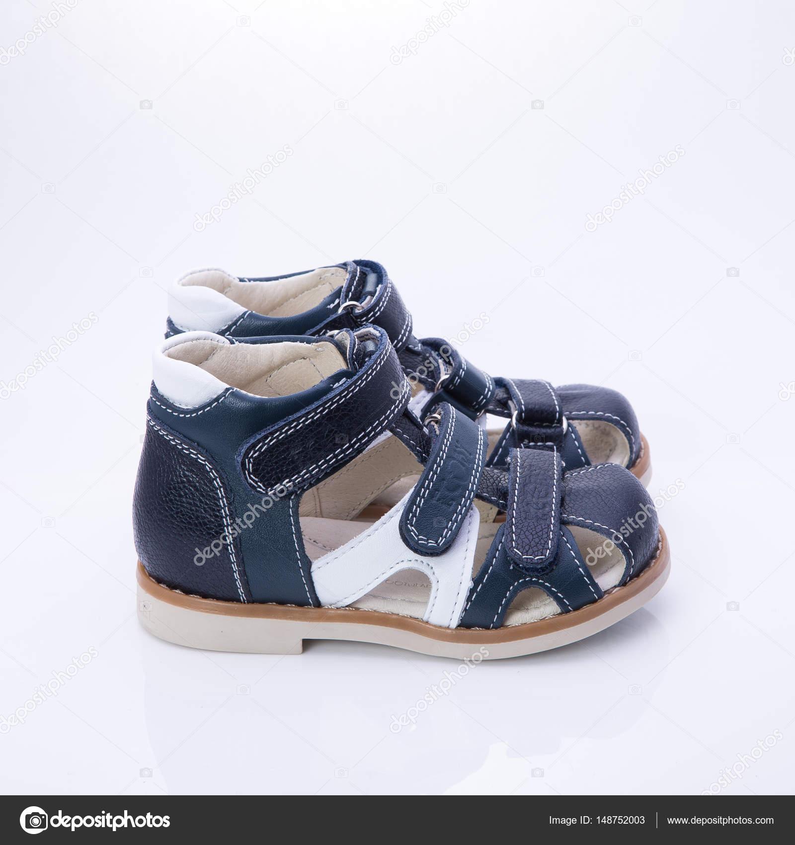 9fb21bd9 Zapatos ortopédicos para niños sobre un fondo blanco — Foto de Stock