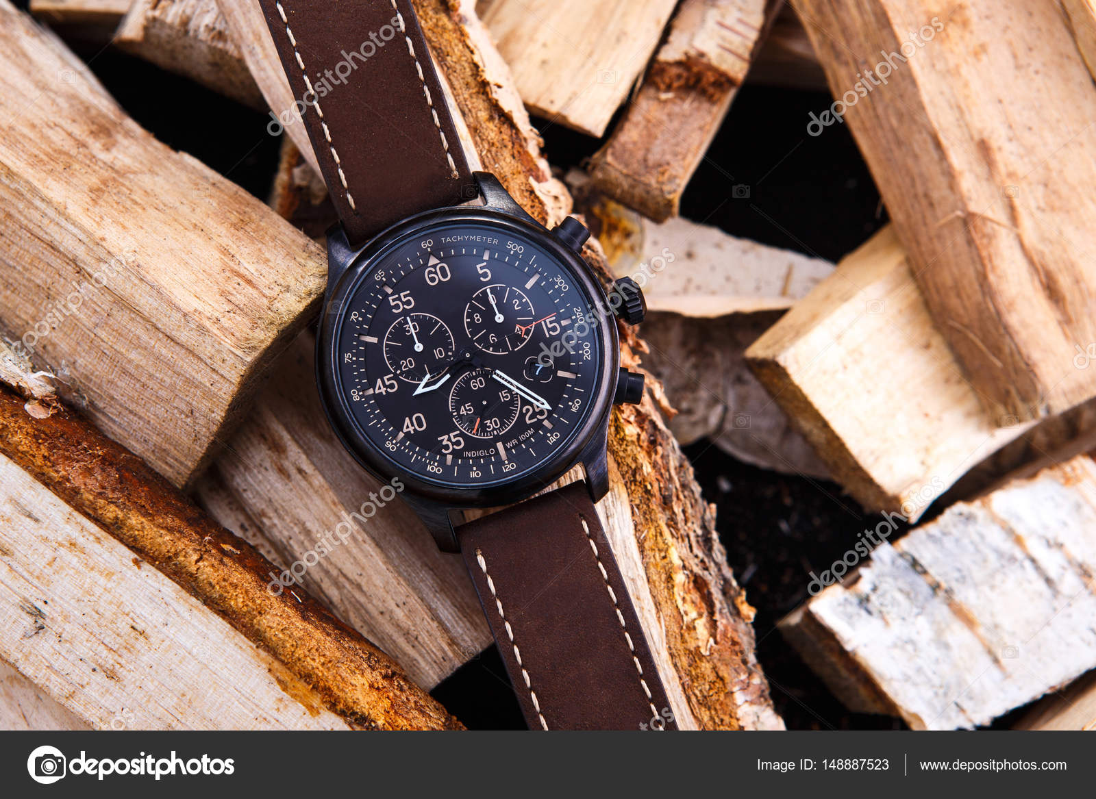 d7fd77b3f05 Pulseira de couro marrom masculino relógio de pulso na madeira — Fotografia  de Stock