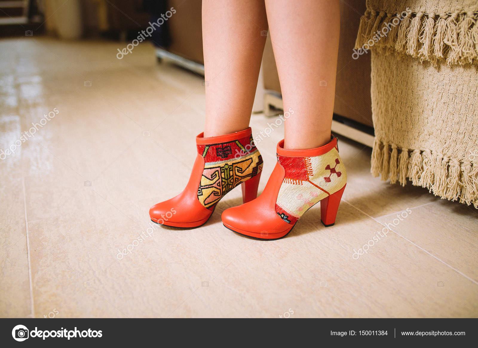 503cf1103e Lookbook γυναικεία πόδια σε μπότες κόκκινο Δερμάτινο χειροποίητο στο  εσωτερικό — Εικόνα από ...