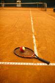 tenisovou raketu a míček