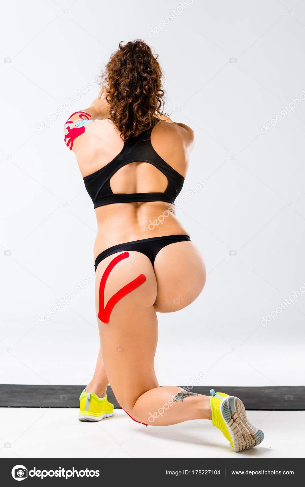 Сексуальная мускулистая спортсменка мощные бедра