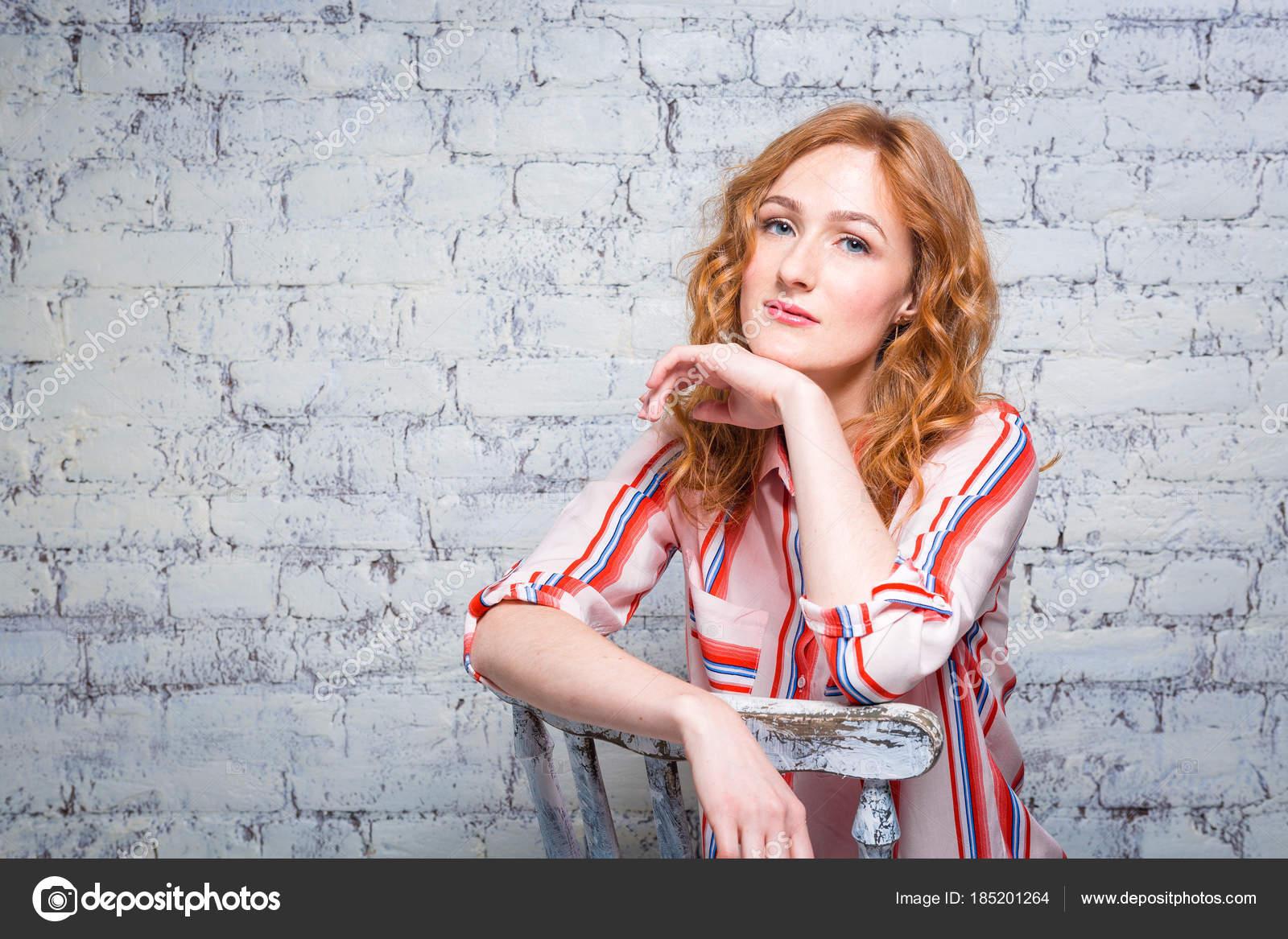 e963b746c retrato bonito jovem estudante com cabelo encaracolado ruivo e sardas no  rosto